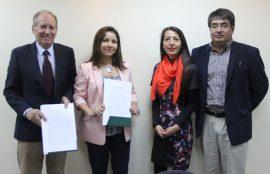 Foto grupal de los cuatro asistentes a la firma de convenio.