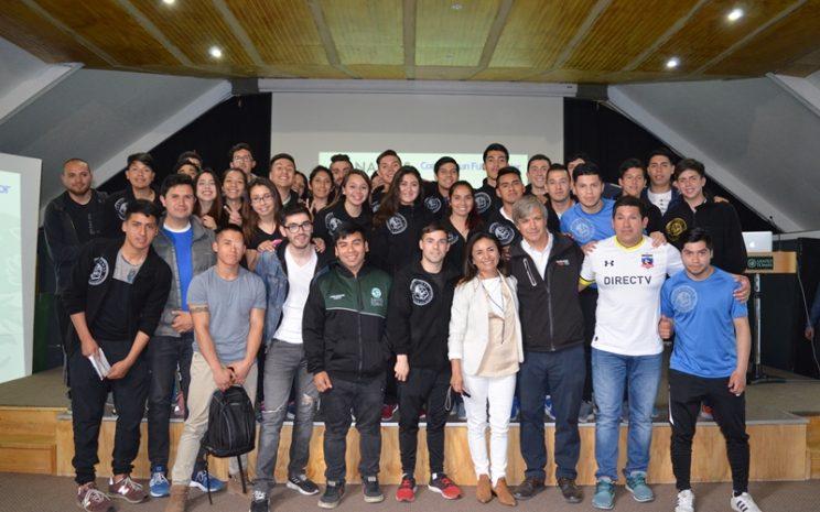 Harold Mayne-Nicholls junto a estudiantes de Preparador Físico del CFT Puerto Montt