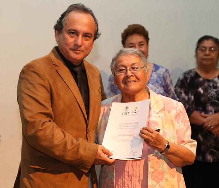 Los adultos mayores recibieron sus diplomas tras cinco meses de clases.