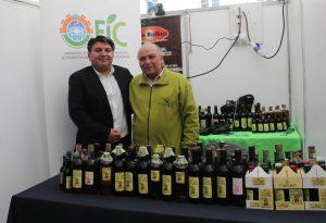 Marcelo Chacana junto a productor de aceite de oliva.