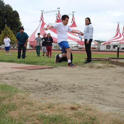 Alumno saltando