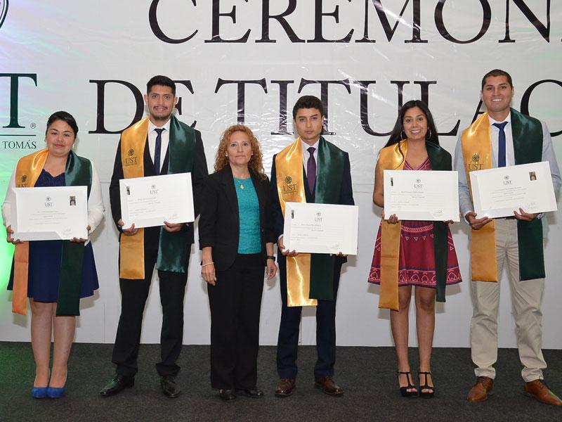 Titulados de Ingeniería Comercial junto a su Jefa de Carrera.