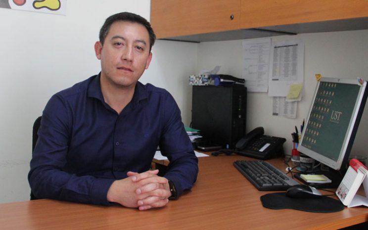 Profesor Alexis Araya en su escritorio.