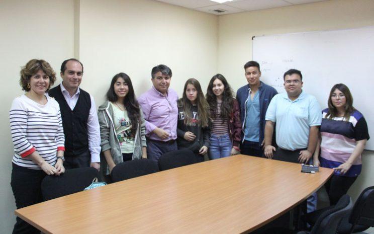 Grupo de 5 alumnos junto a 4 docentes y Directora Académica.