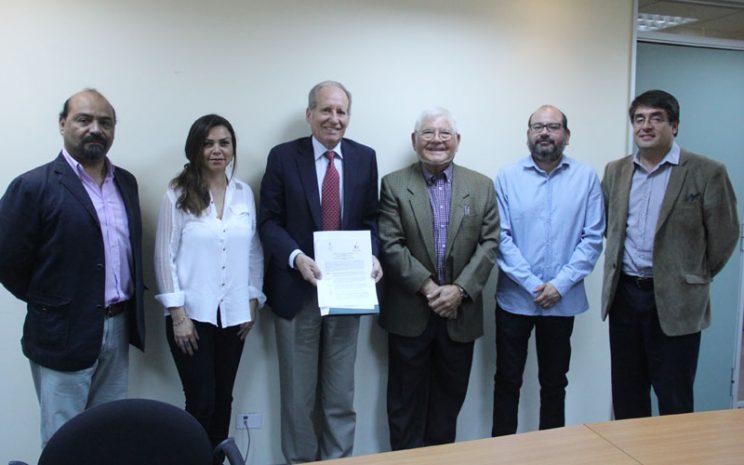 Grupo de seis personas asistentes a la firma de convenio.