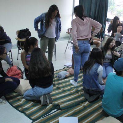 Toma panorámica del grupo de jóvenes practicando.