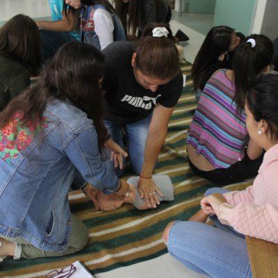 Dos alumnas realizando reanimación a muñeco.