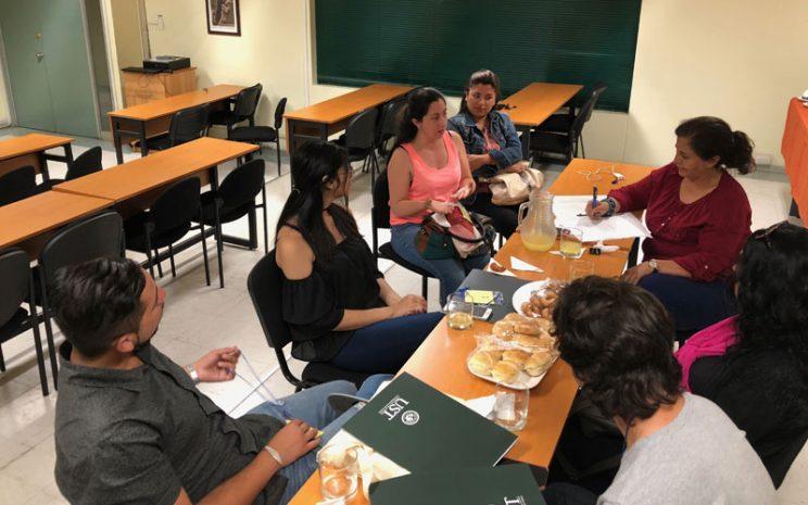 Un grupo de 6 personas dialoga y entrega información a la moderadora del encuentro.