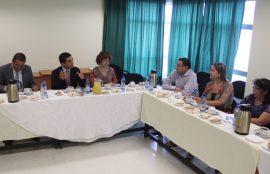 Toma general donde se observa a seis de los participantes de la reunión.