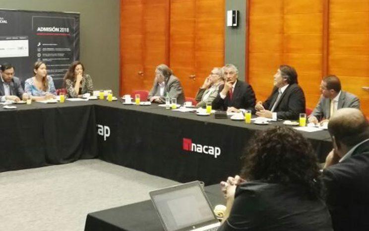 Parte de los participantes sentados a la mesa durante la reunión.