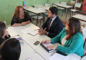 Estudiantes asesorando a una señora.