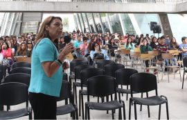 Directora Centro de Aprendizajes hablando ante audiencia de estudiantes.