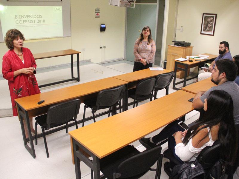 Directora Académica entregando saludo a los alumnos.