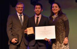 Adran Alvarado recibiendo premio Sello 2018