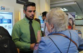 Los alumnos resuelven las dudas de los contribuyentes en la Operación Renta.