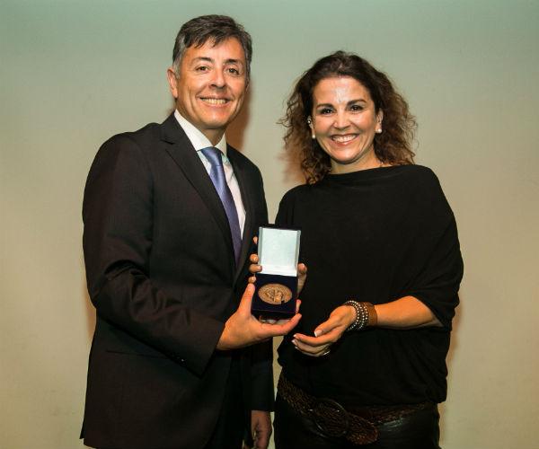 Tras su exposición Isabel recibió la Medalla Rectoral.