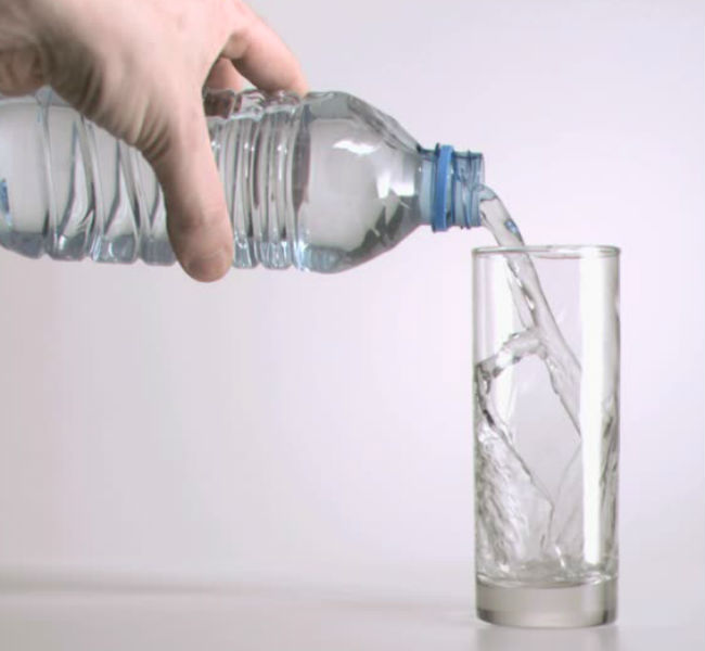 Los adultos mayores deben consumir de 6 a 8 vasos de agua al día.