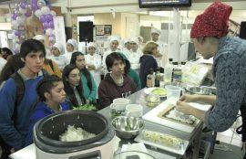 Cocina en vivo fue una de las actividades que captó la atención de los estudiantes que visitaron la jornada.
