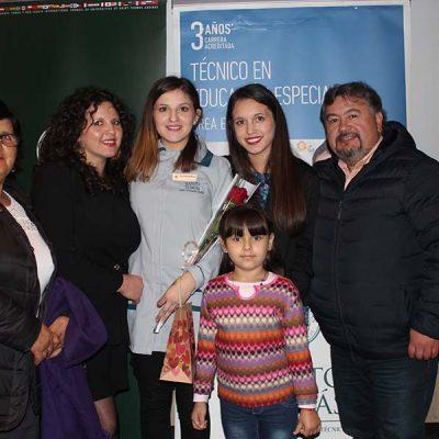 alumna y familia