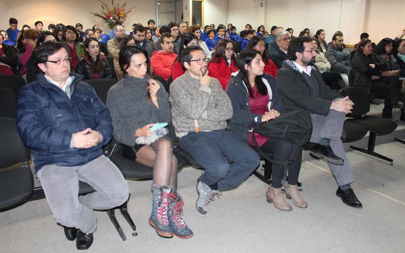 La presentación de las bases del Concurso Científico Escolar contó con la presencia de académicos, directores de establecimientos, profesores y estudiantes de enseñanza básica y media.