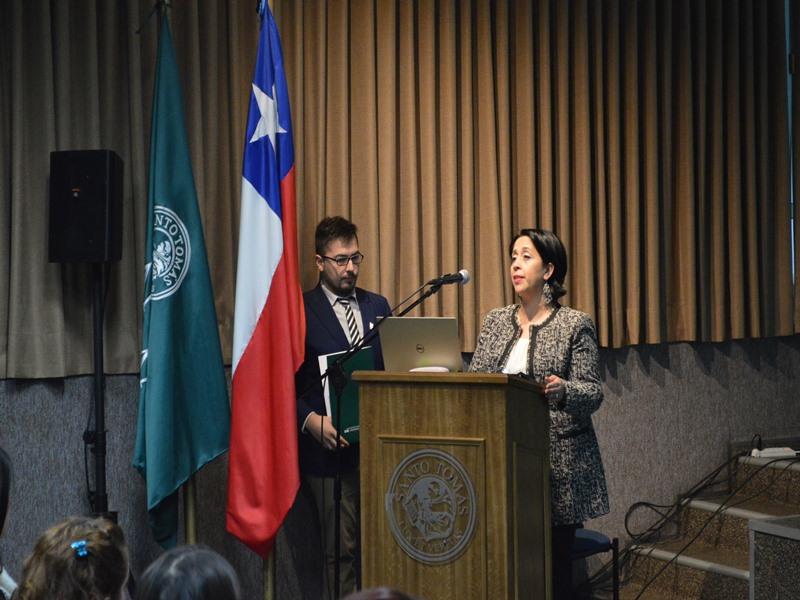 La directora académica UST, Karen Villagrán, dio la bienvenida oficial en la inauguración del seminario