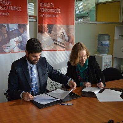 Rectora Santo Tomás Temuco y gerente de Oftamédica firman convenio