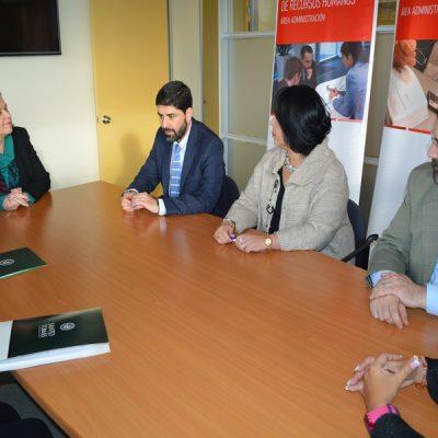 Autoridades de Santo Tomás Temuco junto a representantes de clínica Oftamédica