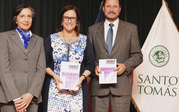 Rectora sede, junto a director de instituto Berit y directora de la revista