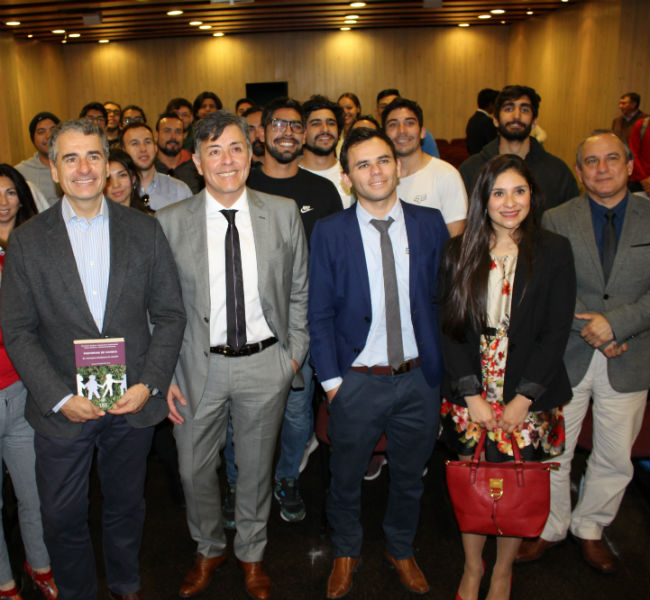 Autoridades, académicos y alumnos junto al economista.