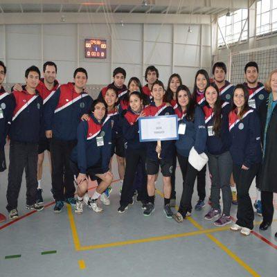 Gisela Antonio, directora de Formación e Identidad de Santo Tomás Temuco, saludó a los jóvenes deportistas