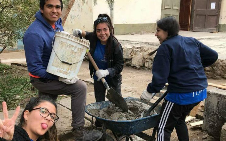 Nicolás junto a sus compañeras en los trabajos en Pisagua.