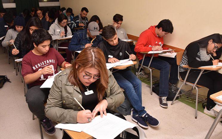 Alumnos rindiendo la PSU