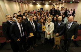 La historiadora resaltó la importancia de involucrar a los estudiantes en la discusión de los asuntos públicos y la realidad del país.
