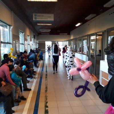 Alumnos de la carrera de Técnico en Educación Parvularia del Centro de Formación Técnica Santo Tomás, realizaron una visita especial al Hospital Base San José de Osorno, en el marco de la celebración del día del Niño