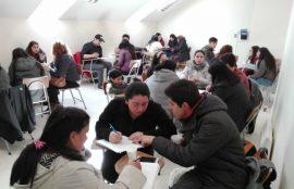 Estudiantes de Administración asesorando a emprendedores