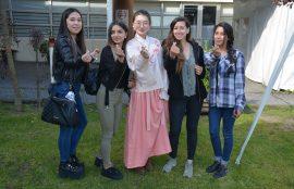 profesora china y jóvenes