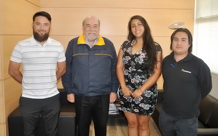 Alumnos Sello junto al rector de Santo Tomás Viña del Mar.