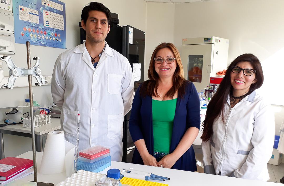 Estudiantes ayudantes de investigación  junto  a Dra.  Paris.