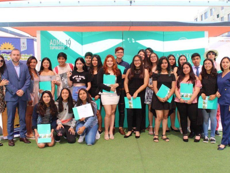 Alumnos reciben diploma