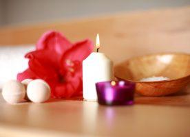 flor, vela y elementos aromáticos usados en terapias complementarias