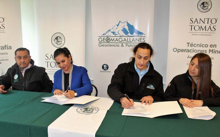 Santo Tomás firma convenio con empresa petrolera y de geoturismo