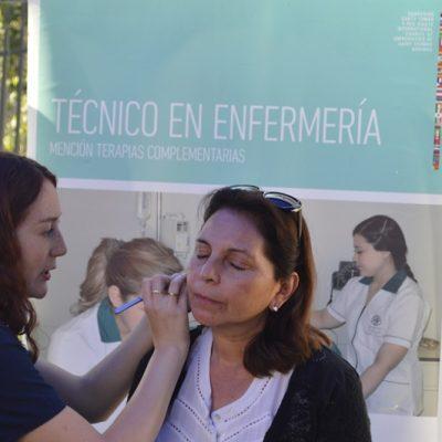 Docente Tomasino realiza auriculoterapia a una mujer.
