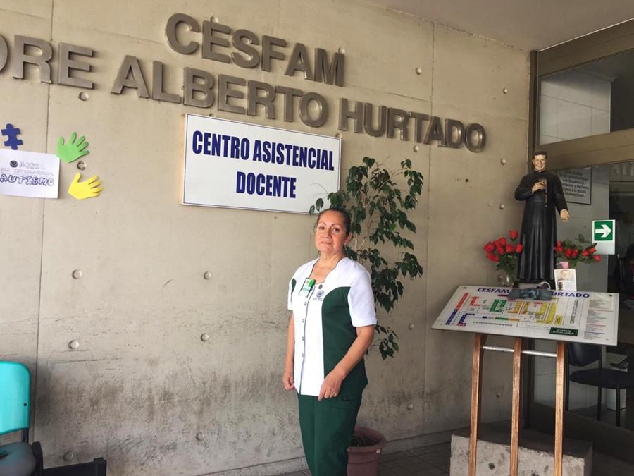 Leonor Roco viste uniforme de técnico en enfermería, en el frontis del cesfam Padre Alberto Hurtado