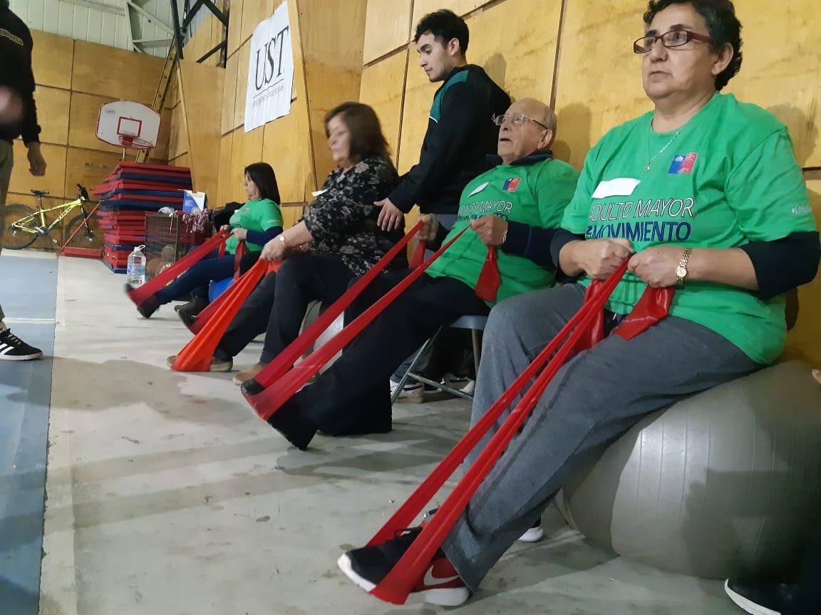 Alumnos de Santo Tomás Valdivia realizan actividad física con adultos mayores